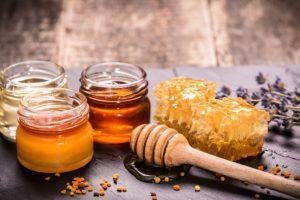Мёд на столе с сотами