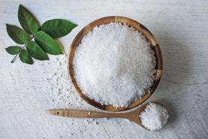 Крупная поваренная соль в деревянной миске